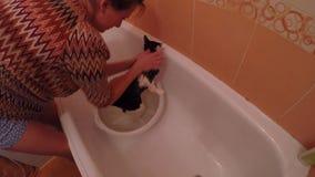 Kobieta kąpać się kota w łazience z szamponem zbiory wideo