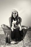 Kobieta kąpać się psa w czarny i biały obraz royalty free