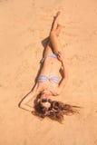 Kobieta kłaść na plaży w bikini obrazy stock