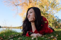Kobieta kłaść na trawie Zdjęcia Royalty Free