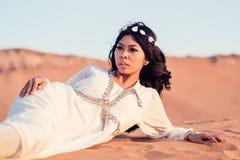 Kobieta kłaść w piasku Arabska pustynia Zdjęcia Royalty Free