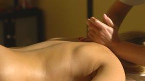 Kobieta kłama na masażu z powrotem i relaksuje zdjęcie wideo