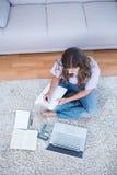 Kobieta kalkulatorscy kwity pisze na schowku Zdjęcie Stock