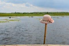 Kobieta kapeluszy miejsce na bambusie Zdjęcia Stock