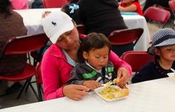 Kobieta karmi jego córki Zdjęcia Royalty Free