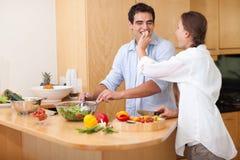Kobieta karmi jej męża Zdjęcie Stock