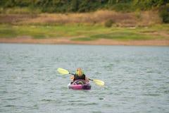 Kobieta kayaking na Hagg jeziorze, Oregon obraz stock