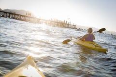 Kobieta Kayaking na Pięknym Halnym jeziorze Obraz Stock