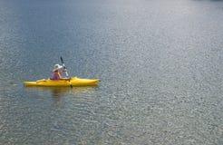 Kobieta Kayaking na Pięknym Halnym jeziorze Obrazy Royalty Free