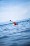 Kobieta Kayaking Samotnie na Spokojnym morzu Z Zbawczą kamizelką Zdjęcia Royalty Free