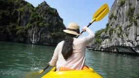 Kobieta kayaking w Halong zatoce, Wietnam zbiory