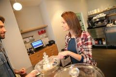 Kobieta kelner słuzyć klientów Zdjęcia Royalty Free