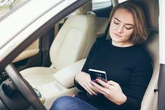 Kobieta kierowca ma odpoczynek w samochodzie podczas gdy podróżować długodystansowy Obrazy Royalty Free