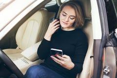 Kobieta kierowca ma odpoczynek w samochodzie podczas gdy podróżować długodystansowy Fotografia Stock