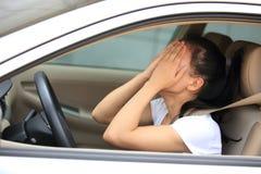 Kobieta kierowca smutny w samochodzie Zdjęcia Royalty Free