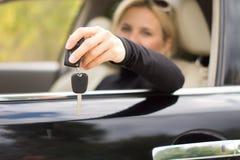 Kobieta kierowca trzyma out ona klucze obraz royalty free