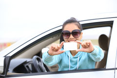 Kobieta kierowcy chwyta jeden pusta wizytówka Obraz Royalty Free