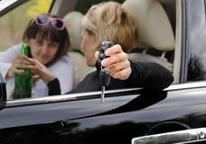 Kobieta kierowcy dojechanie dla butelki gorzała fotografia stock