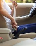 Kobieta kierowcy klamra w górę pasa bezpieczeństwa Obrazy Stock