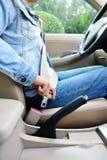 Kobieta kierowcy klamra w górę pasa bezpieczeństwa Obraz Stock