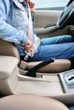 Kobieta kierowcy klamra w górę pasa bezpieczeństwa Fotografia Royalty Free