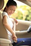 Kobieta kierowcy klamra w górę pasa bezpieczeństwa w samochodzie obrazy royalty free