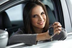 Kobieta kierowcy mienia samochód Wpisuje być usytuowanym w Jej Nowym samochodzie obraz royalty free