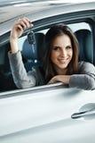 Kobieta kierowcy mienia samochód Wpisuje być usytuowanym w Jej Nowym samochodzie Zdjęcie Royalty Free