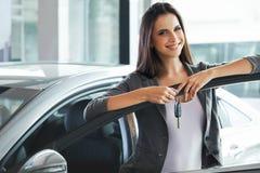 Kobieta kierowcy mienia samochodu klucze Samochodowa sala wystawowa Obraz Royalty Free