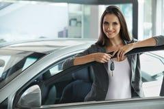 Kobieta kierowcy mienia samochodu klucze Samochodowa sala wystawowa Zdjęcie Stock