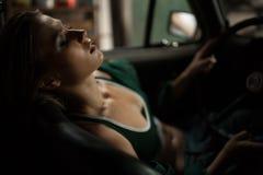 Kobieta kierowcy odpoczynek za kierownicą retro samochód Obraz Stock
