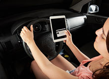 Kobieta kierowcy wynagrodzenie z kredytową kartą Fotografia Stock