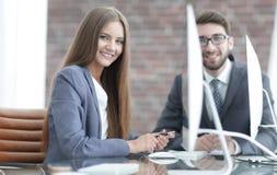 Kobieta kierownik komunikuje z klientem Zdjęcie Royalty Free