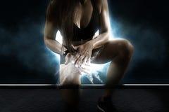 Kobieta klascze ręki i przygotowywa dla treningu fotografia royalty free