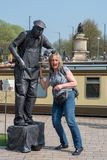 Kobieta klepie ulicznych występów artystów nerwowo Obrazy Royalty Free