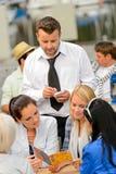 Kobieta klienci rozkazuje od kelnera przy restauracją Obrazy Stock