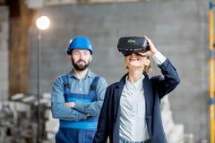 Kobieta klient jest ubranym VR szkła przy budową zdjęcie royalty free