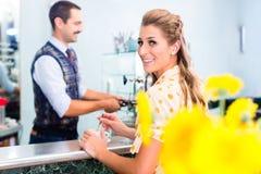 Kobieta klient w sklep z kawą rozkazuje kawie espresso Zdjęcie Stock