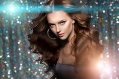 Kobieta klubu światła bawją się tło Dancingowej dziewczyny Długie włosy Fala Obrazy Royalty Free