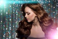 Kobieta klubu światła bawją się tło Dancingowej dziewczyny Długie włosy Fala Zdjęcie Royalty Free