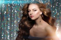 Kobieta klubu światła bawją się tło Dancingowej dziewczyny Długie włosy Fala Fotografia Stock