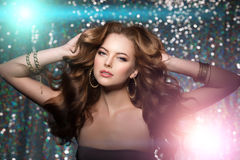 Kobieta klubu światła bawją się tło Dancingowej dziewczyny Długie włosy Fala Zdjęcia Stock