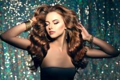 Kobieta klubu świateł partyjny tło Dancingowa dziewczyna Długie włosy fala Zdjęcia Stock