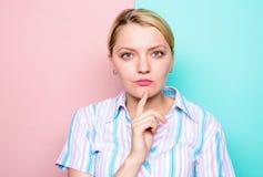 Kobieta koncentrujący twarz palca podbródka główkowanie Potrzeba czas robić decyzi Wchodzić na górę z pomysłem Myśleć o pomysle d zdjęcia royalty free