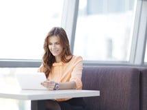Kobieta konsultant używa cyfrową pastylkę w miejscu pracy w biurze fotografia stock
