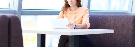 Kobieta konsultant używa cyfrową pastylkę w miejscu pracy w biurze zdjęcie royalty free