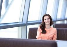 Kobieta konsultant w miejscu pracy w banka biurze obraz stock