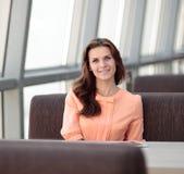 Kobieta konsultant w miejscu pracy w banka biurze obrazy stock