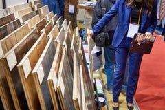 Kobieta konsultant z drewno panel w sklepie obrazy stock