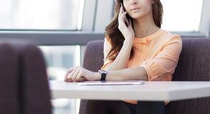 Kobieta konsultant z smartphone obsiadaniem przy jej biurkiem w biurze obraz stock